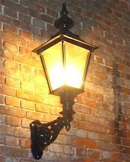 Stor samling af væglamper.